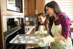 Maman et fille faisant cuire au four ensemble Photos libres de droits
