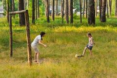 Maman et fille jouant dans le football Photographie stock libre de droits