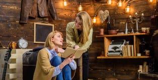 Maman et fille ou soeurs lisant ensemble, concept de littérature Femme perplexe par torsion de complot en roman Fille excitée Photos stock
