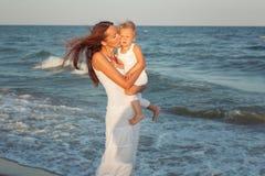 Maman et fille par la mer Images stock