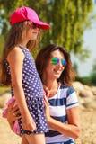 Maman et fille passant le beau temps ensemble Photographie stock