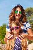 Maman et fille passant le beau temps ensemble Photos stock