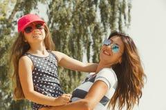 Maman et fille passant le beau temps ensemble Photographie stock libre de droits