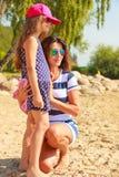 Maman et fille passant le beau temps ensemble Image libre de droits
