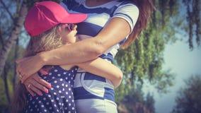 Maman et fille passant le beau temps ensemble Photo stock