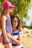 Maman et fille passant le beau temps ensemble Images stock