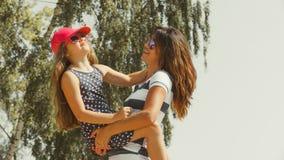 Maman et fille passant le beau temps ensemble Photo libre de droits