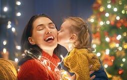 Maman et fille près d'arbre de Noël Photos libres de droits