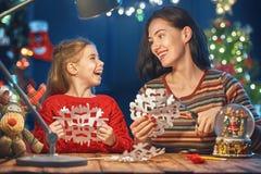 Maman et fille près d'arbre de Noël Photo libre de droits