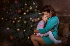 Maman et fille près d'un arbre de Noël Images stock