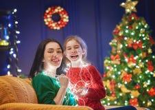 Maman et fille près de l'arbre de Noël Photos libres de droits