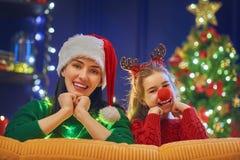 Maman et fille près de l'arbre de Noël Images libres de droits