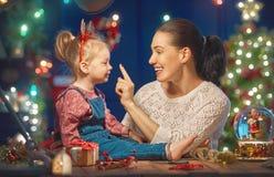 Maman et fille près de l'arbre de Noël Image libre de droits