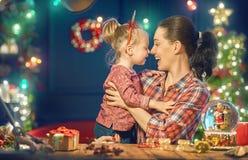 Maman et fille près de l'arbre de Noël Photographie stock