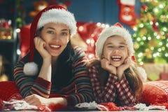 Maman et fille près de l'arbre de Noël Photo stock