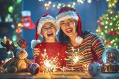 Maman et fille près de l'arbre de Noël Image stock