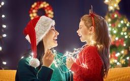 Maman et fille près de l'arbre de Noël Photographie stock libre de droits