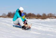 Maman et fille rideing sur le traîneau Photo libre de droits