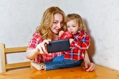 Maman et fille Selfie Photo stock
