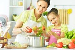 Maman et fille sur la cuisine Photos stock