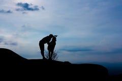 Maman et fille sur la montagne Images libres de droits