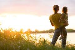Maman et fille sur la rivière photographie stock libre de droits