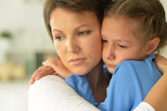 Maman et fille tristes Image stock