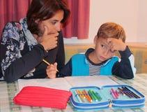 Maman et fils étudiant à la maison Images libres de droits