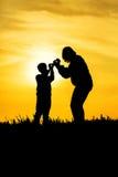 Maman et fils d'amour de silhouette Images stock