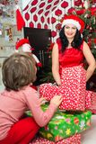 Maman et fils heureux avec des cadeaux de Noël Photo stock