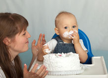 Maman et fils mangeant le gâteau. Photo libre de droits