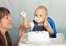 Maman et fils mangeant le gâteau. Photographie stock libre de droits