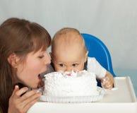 Maman et fils mangeant le gâteau. Image stock