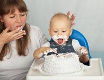 Maman et fils mangeant le gâteau. Images libres de droits