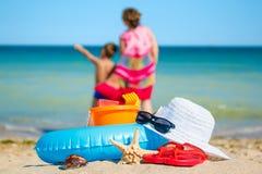 Maman et fils sur la plage, regardant la mer photos libres de droits