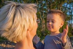 Maman et fils sur le point de vue du stena de Banjska sur le bâti Tara Photo stock