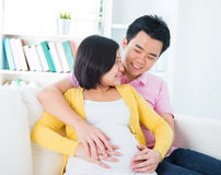 Maman et papa avec des mains sur le bébé Photos libres de droits