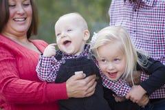 Maman et papa ayant l'amusement avec le frère And Sister de bébé Photographie stock