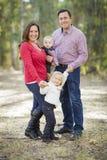 Maman et papa ayant l'amusement avec le frère And Sister de bébé Images stock