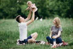 Maman et papa jouant avec la petite fille Images libres de droits
