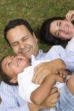 Maman et papa jouant avec leur fils Photographie stock libre de droits