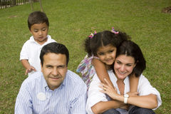 Maman et papa jouant avec leurs enfants Photographie stock