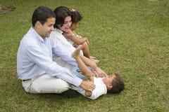Maman et papa jouant avec leurs enfants Image stock