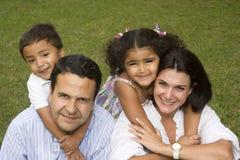 Maman et papa marchant avec leurs enfants Photographie stock libre de droits