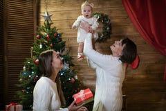 Maman et petite-fille de grand-mère dans Noël Images libres de droits