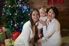 Maman et petite-fille de grand-mère dans Noël Photographie stock