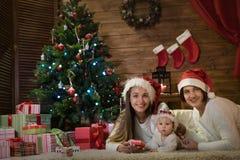 Maman et petite-fille de grand-mère dans Noël Photo libre de droits