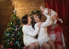 Maman et petite-fille de grand-mère dans Noël Image stock