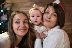 Maman et petite-fille de grand-mère dans Noël Photo stock