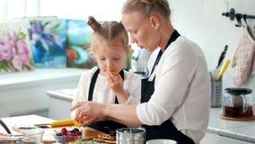Maman et petite fille préparant la décoration pour la nourriture avec le fruit banque de vidéos